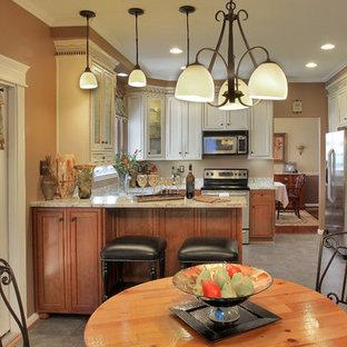 Foto di una sala da pranzo aperta verso la cucina tradizionale di medie dimensioni con pavimento in linoleum, pareti marroni, nessun camino e pavimento beige