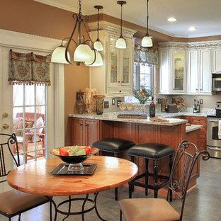 Foto de comedor de cocina clásico, de tamaño medio, sin chimenea, con paredes marrones, suelo de linóleo y suelo beige