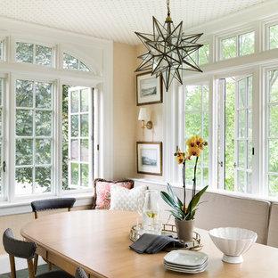 Новый формат декора квартиры: столовая в средиземноморском стиле с полом из терракотовой плитки, зеленым полом и бежевыми стенами