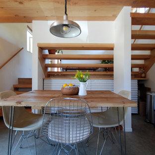 Ejemplo de comedor moderno, de tamaño medio, cerrado, sin chimenea, con paredes blancas, suelo de cemento y suelo blanco