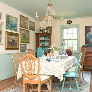 Inspiration pour une salle à manger bohème avec un mur beige et un sol en bois foncé.