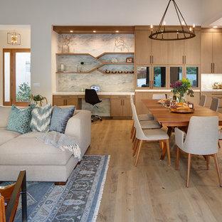 Пример оригинального дизайна: гостиная-столовая в стиле модернизм с серыми стенами, светлым паркетным полом и бежевым полом
