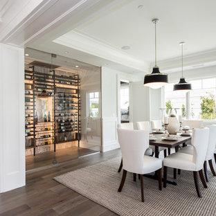 Exempel på en mellanstor klassisk matplats med öppen planlösning, med vita väggar, mellanmörkt trägolv och brunt golv