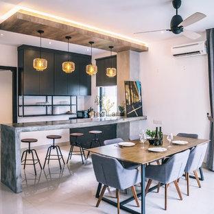Foto di una sala da pranzo minimalista chiusa con pareti bianche, pavimento in gres porcellanato e pavimento bianco
