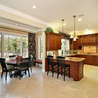 Imagen de comedor de cocina clásico, pequeño, sin chimenea, con paredes beige y suelo de mármol