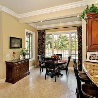 サンディエゴの小さいトラディショナルスタイルのおしゃれなダイニングキッチン (ベージュの壁、大理石の床、暖炉なし) の写真