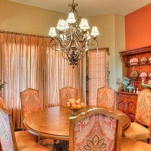 Immagine di un'ampia sala da pranzo aperta verso il soggiorno classica con pavimento in ardesia e nessun camino