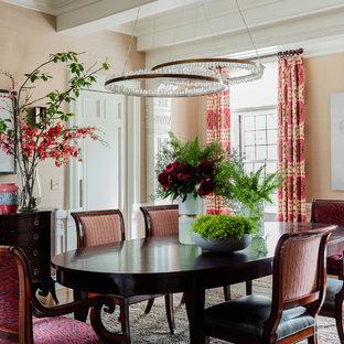 На фото: класса люкс большие отдельные столовые в классическом стиле с светлым паркетным полом и розовыми стенами