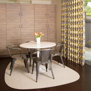 Foto di una piccola sala da pranzo minimalista con pareti beige e pavimento in sughero
