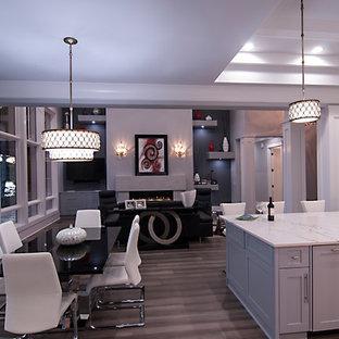 Удачное сочетание для дизайна помещения: большая гостиная-столовая в современном стиле с паркетным полом среднего тона, коричневым полом и серыми стенами без камина - самое интересное для вас