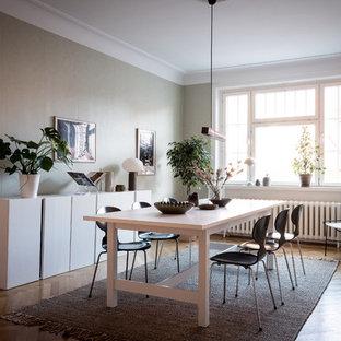 Idéer för att renovera en minimalistisk separat matplats, med gröna väggar, mellanmörkt trägolv och brunt golv