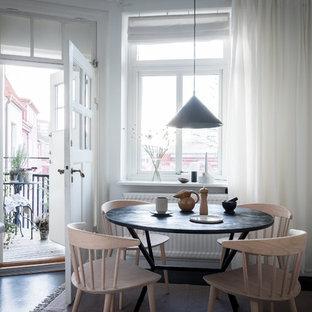 Idéer för ett minimalistiskt kök med matplats, med vita väggar, mörkt trägolv och svart golv