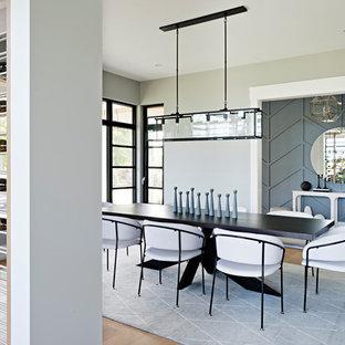 Idee per una sala da pranzo tradizionale con pareti grigie, parquet chiaro e camino lineare Ribbon