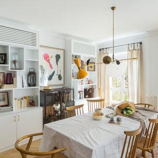 Diseño de comedor escandinavo, sin chimenea, con paredes blancas y suelo de madera clara