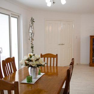 Modelo de comedor de cocina clásico, pequeño, con paredes blancas y suelo de linóleo