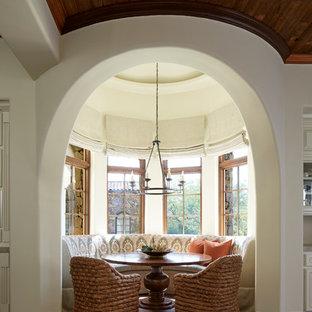 Inspiration pour une salle à manger ouverte sur la cuisine sud-ouest américain avec un sol en bois brun et un sol marron.