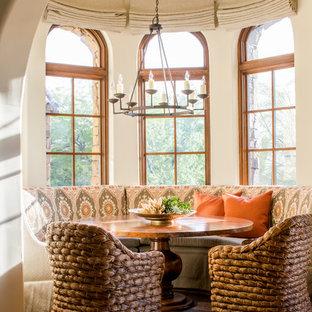 フェニックスのサンタフェスタイルのおしゃれなダイニングキッチン (ベージュの壁、濃色無垢フローリング) の写真