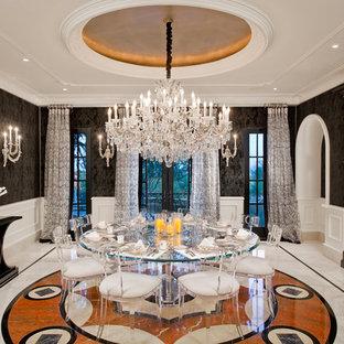 Foto di una grande sala da pranzo tradizionale chiusa con pareti nere, pavimento in marmo, nessun camino e pavimento multicolore