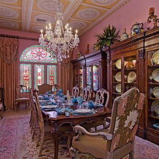 Imagen de comedor de cocina mediterráneo, grande, sin chimenea, con paredes rosas, moqueta y suelo rosa