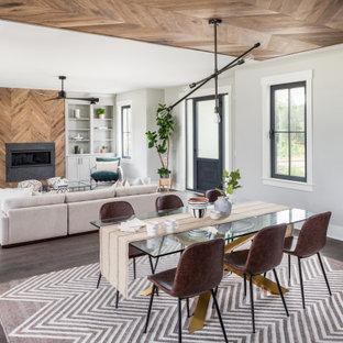 Cette photo montre une salle à manger ouverte sur le salon bord de mer avec un mur gris, un sol en bois foncé et un plafond en bois.