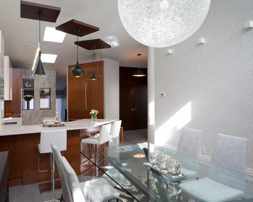 Sala da pranzo aperta verso la cucina moderna con pavimento in ...