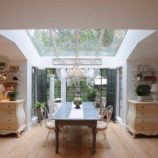 Свежая идея для дизайна: столовая в стиле шебби-шик с белыми стенами и паркетным полом среднего тона - отличное фото интерьера