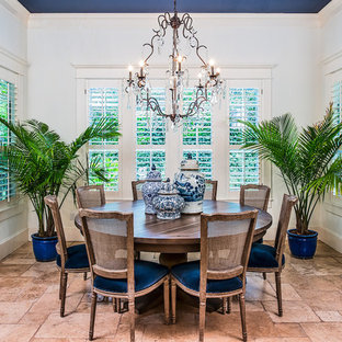 Immagine di una sala da pranzo aperta verso la cucina classica di medie dimensioni con pareti bianche, nessun camino, pavimento in terracotta e pavimento beige