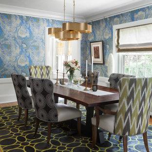 Стильный дизайн: отдельная столовая в средиземноморском стиле с разноцветными стенами, паркетным полом среднего тона, коричневым полом, панелями на стенах и обоями на стенах - последний тренд