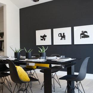 Réalisation d'une salle à manger ouverte sur la cuisine nordique de taille moyenne avec un mur noir, un sol en bois clair et un sol marron.