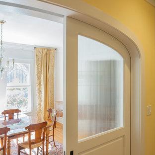 Foto de comedor mediterráneo, cerrado, con paredes beige y suelo de madera clara
