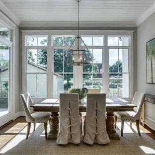 Ejemplo de comedor campestre, de tamaño medio, cerrado, sin chimenea, con paredes beige y suelo de madera clara