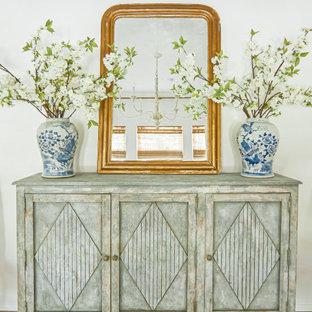 Стильный дизайн: отдельная столовая среднего размера в стиле современная классика с белыми стенами, паркетным полом среднего тона и коричневым полом - последний тренд