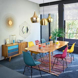 Ispirazione per una sala da pranzo tropicale chiusa e di medie dimensioni con pareti grigie, moquette, nessun camino e pavimento blu