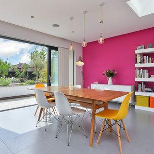 Idee per una sala da pranzo contemporanea di medie dimensioni con pareti rosa e pavimento grigio