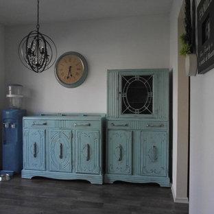 Idee per una grande sala da pranzo aperta verso la cucina shabby-chic style con pareti bianche e pavimento in vinile