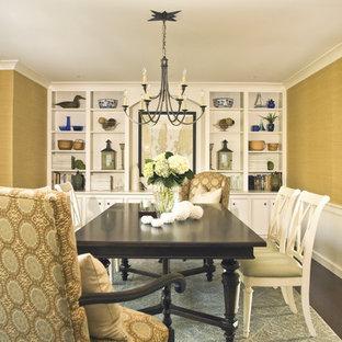 Immagine di una sala da pranzo costiera chiusa con pareti gialle e parquet scuro