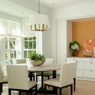 Foto di una sala da pranzo tropicale di medie dimensioni con pareti bianche e parquet chiaro