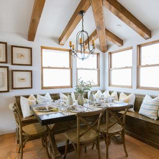 Idee per una sala da pranzo aperta verso la cucina mediterranea di medie dimensioni con pareti bianche, pavimento in terracotta, nessun camino e pavimento beige