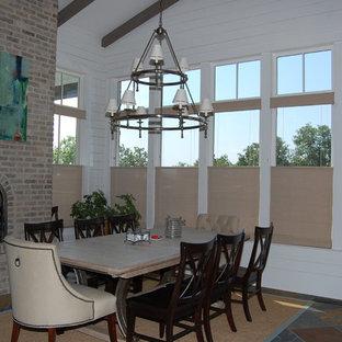 アトランタの中サイズのコンテンポラリースタイルのおしゃれなダイニングキッチン (白い壁、セラミックタイルの床、標準型暖炉、レンガの暖炉まわり、マルチカラーの床) の写真