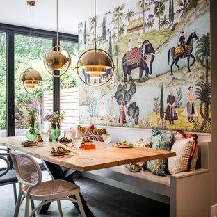 Inredning av ett eklektiskt kök med matplats, med flerfärgade väggar och grått golv