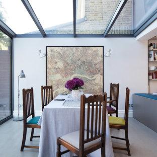 Идея дизайна: столовая в современном стиле с бетонным полом и белыми стенами