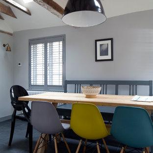 Idéer för att renovera en eklektisk matplats, med grå väggar och skiffergolv