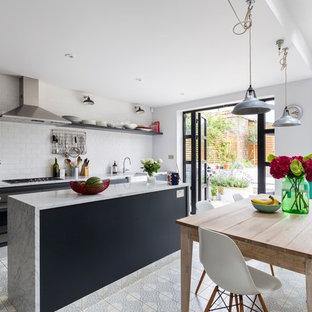 Esempio di una sala da pranzo aperta verso la cucina chic di medie dimensioni con pareti grigie e pavimento con piastrelle in ceramica