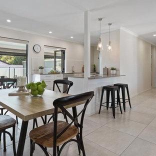 Diseño de comedor contemporáneo, pequeño, abierto, con paredes blancas, suelo de baldosas de porcelana y suelo beige