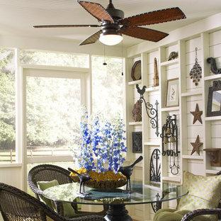 Ispirazione per una sala da pranzo tropicale di medie dimensioni con pareti verdi, pavimento in legno massello medio e nessun camino