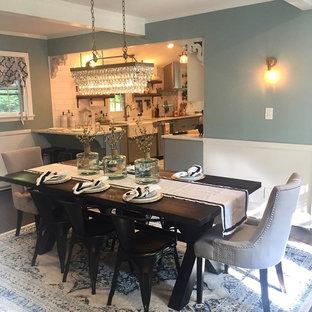 Foto di una sala da pranzo aperta verso la cucina country di medie dimensioni con pareti blu, parquet scuro, camino ad angolo, cornice del camino in legno e pavimento blu