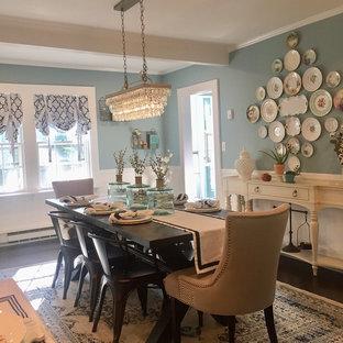 Immagine di una sala da pranzo aperta verso la cucina country di medie dimensioni con pareti blu, parquet scuro, camino ad angolo, cornice del camino in legno e pavimento blu