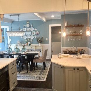 Diseño de comedor de cocina campestre, de tamaño medio, con paredes azules, suelo de madera oscura, chimenea de esquina, marco de chimenea de madera y suelo azul