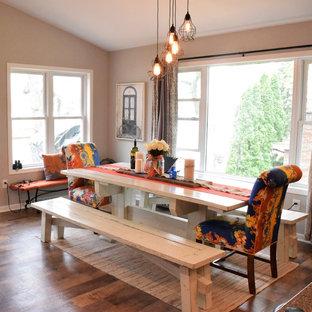 Immagine di una sala da pranzo aperta verso la cucina stile americano di medie dimensioni con pareti beige e pavimento in vinile