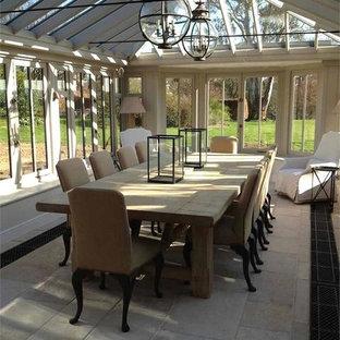 Idée de décoration pour une grand salle à manger champêtre avec un sol en ardoise.